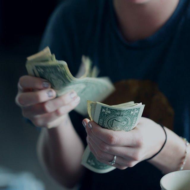 Pengar: Kvinnur eru ov varnar